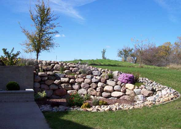 Stonescape and retaining wall for patio